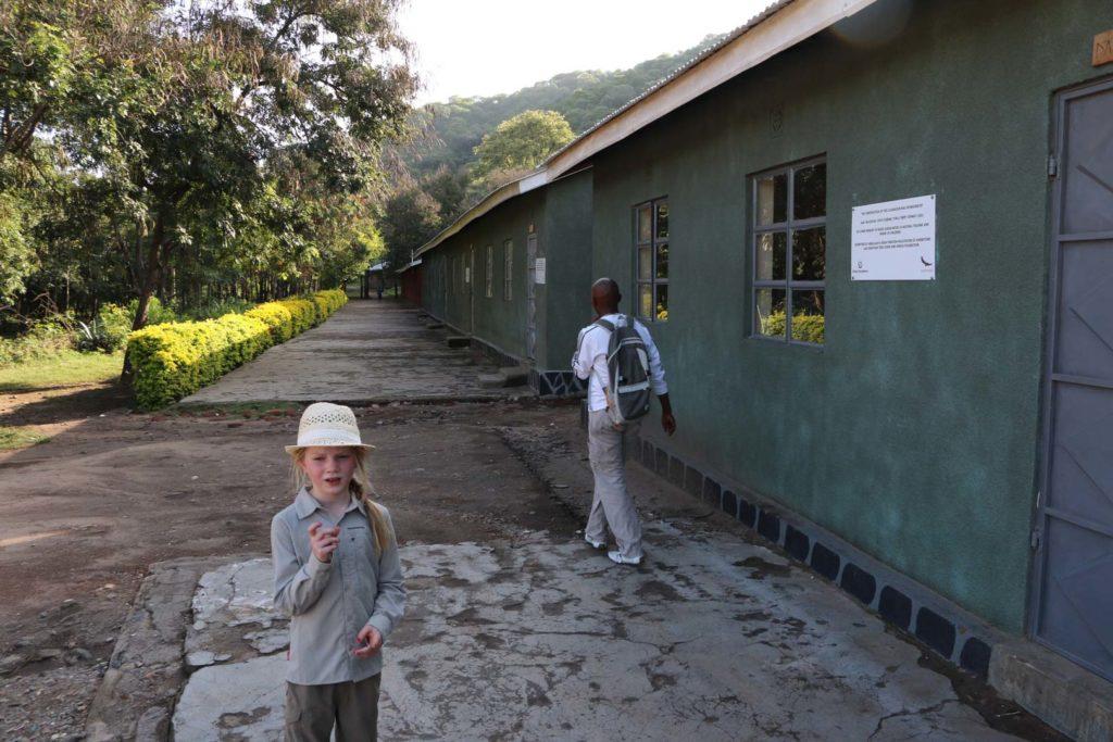 Meisje bij school in Afrika
